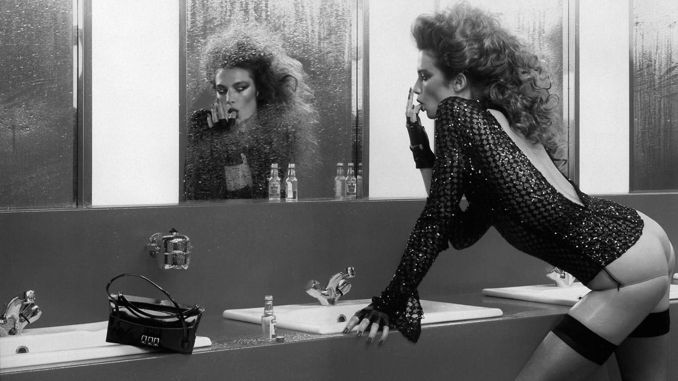 Черно-белые обои с девушками для рабочего стола на 1366х768.ру хилари дафф фильмы