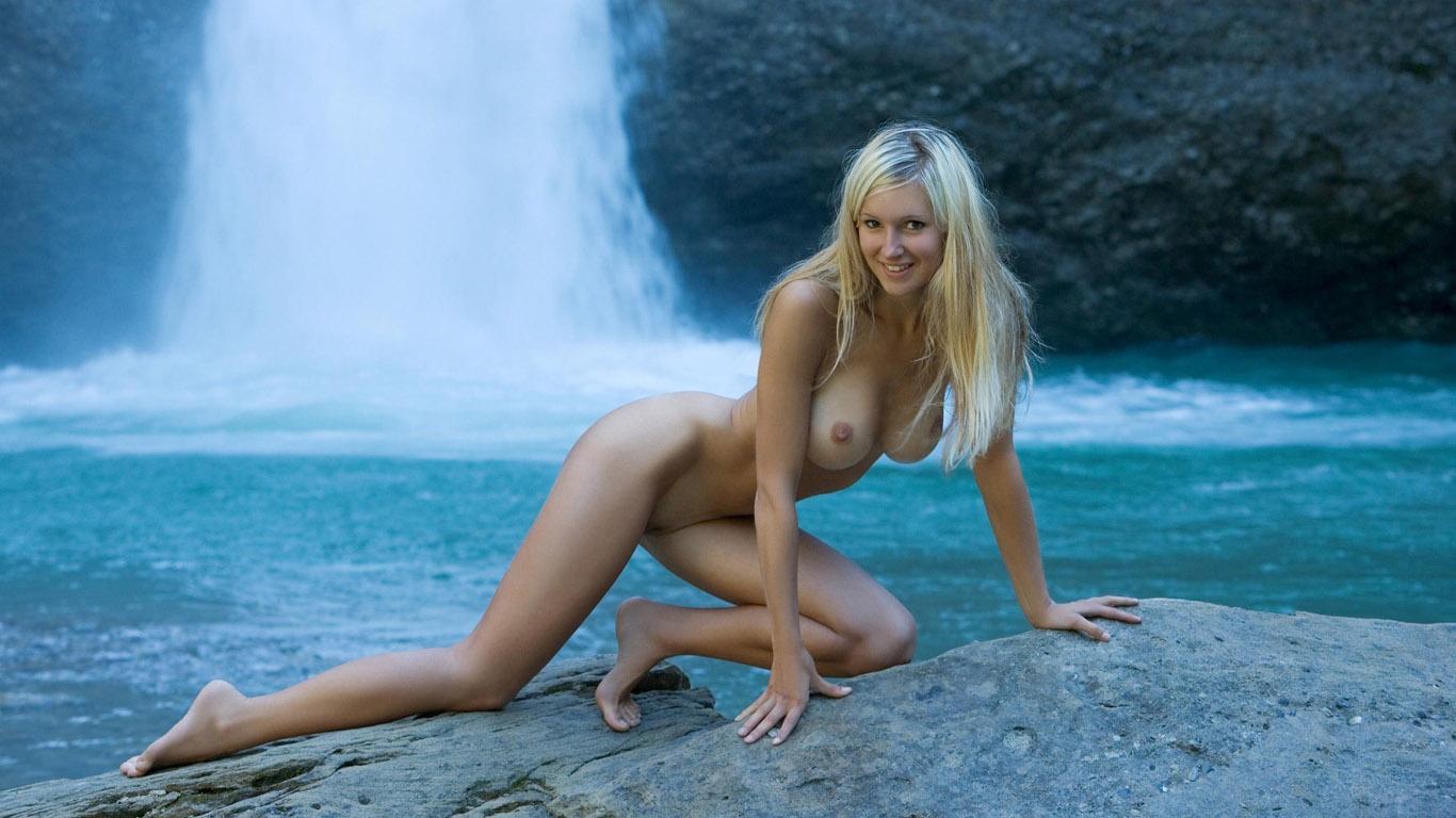 Фото как девушка стоит голая в воде на волге 16 фотография